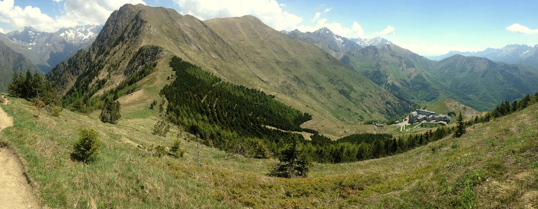 Panoramique au dessus du Col de l'Éterpat (2200 m) sur le Chamoux (2198 m) et N-D de la Salette en contre-bas