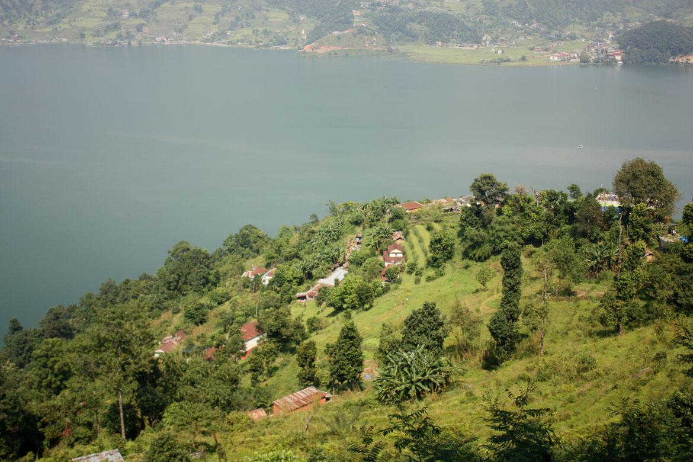 Les habitations perchées au dessus du lac Phewa
