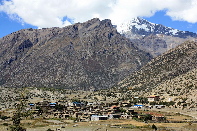 Le village de Ngawal (3 660 m) dominé par le Chulu (6 429 m) où nous avons marqué notre pause repas