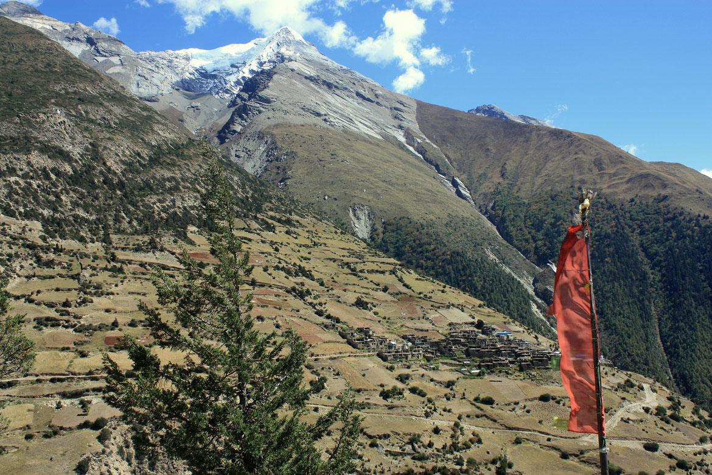 Premier village traversé de la journée après une très raide ascension : Ghyaru (3 670 m), suit ensuite un sentier balcon quasiment à plat ! Au dessus se dresse le Pisang Peak (Jong Ri) à 6 091 m d'altitude.