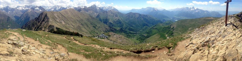 Panoramique depuis le sommet du Gargas sur la Roche de la Muzelle (3465 m), l'Olan, le Pic de Bure et le Mont Obiou avec N-D de la Salette en contre-bas