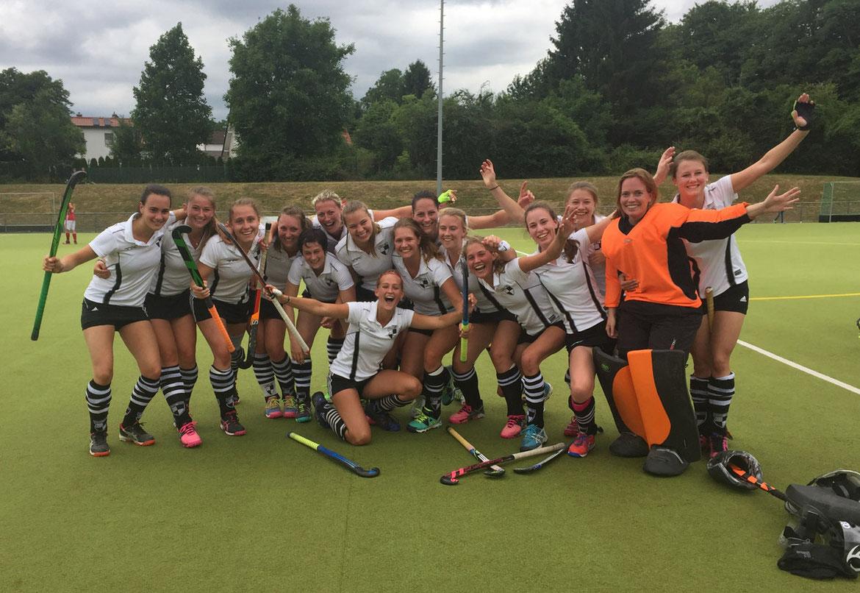 Die 1. Damen jubeln über den Aufstieg in die Regionalliga