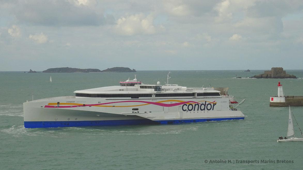 À la suite d'une plongée d'inspection de Condor Liberation, ici vu entrant dans le port de Saint-Malo, il a été décidé de le retirer du service jusqu'au moins la mi-Décembre.