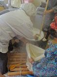 煮上がった呉汁を漉しているところ