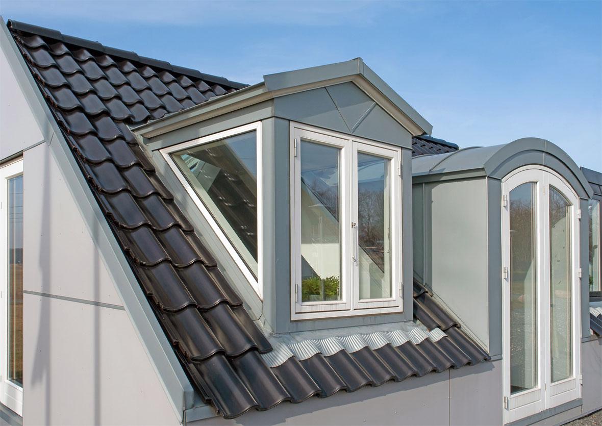 Fertig eingedecktes Wohndachfenster mit Spenglerarbeiten.