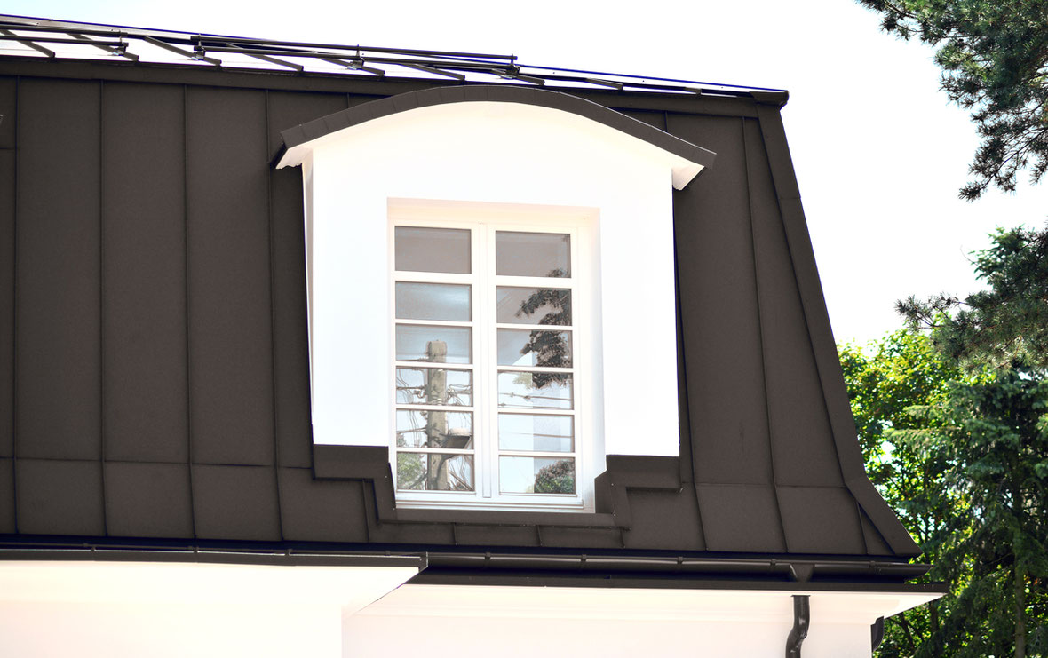 Dachgaube  renoviert durch Fassadenverkleidung in dunklem Aluminium.