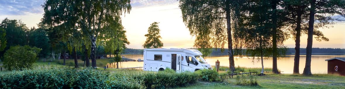 Wohnmobil Stellplatz am See mit Sonnenuntergang