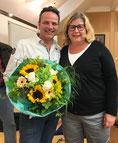 Der Fraktionsvorsitzende Robert Ertl bedankt sich bei Ina Reichel