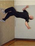 Gewagte artistische Einlagen sind beim Free Running weit verbreitet. Nach einem Salto rückwärts landet der Sportler sicher wieder auf dem Boden.Fotos: Tanja Pickartz, far Foto: Tanja Pickartz / far