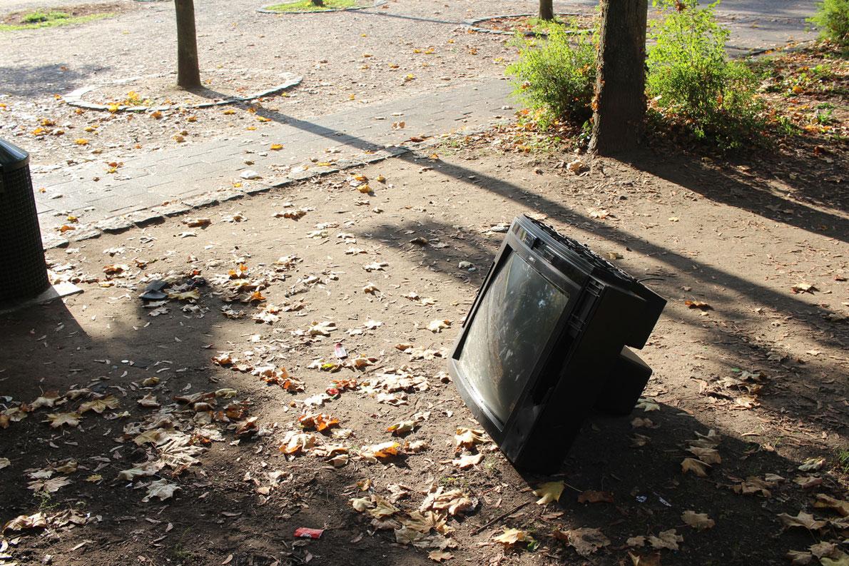 Ein weggeworfener Fernseher im Genovevahof:  Dies ist kein Kavaliersdelikt, sondern eine Ordnungswidrigkeit, die den Müllsünder viel kostet.