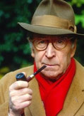 Georges Simenon fume la pipe mais pas une Louis Vuitton