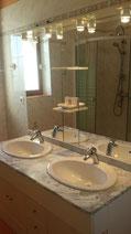 salle de bain du RDC avec 1 douche + 1 double vasque
