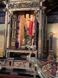 朱の本和ろうそくを灯して 寺院にて撮影(KATCH CATV)