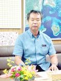 竹富町によるイリオモテヤマネコ事故防止キャンペーンの実施を発表した川満町長=30日午後、町長室