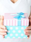 Découvrir le sexe de son bébé dans un cadeau