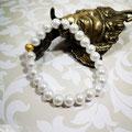 Perles blanches montées en manchette