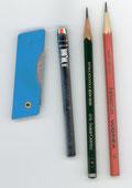 黒鉛筆・フォルダー ・ナイフ(右から)