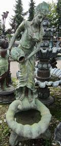 Frau mit Krug  Brunnen