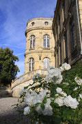 Chaussoy Epagny, sa façade marquée par une tour et son escalier
