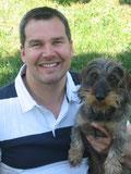 Dr. Manfred Starke mit dem Familienhund Blu