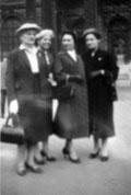 Femmes portant des chapeaux CHA