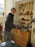 Céline Duru travail le cuir pour l'harnachement des chevaux