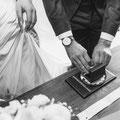 """Foto: """"Hamburger Hochzeitpaar beim Ringewechsel während  der standesamtlichen Trauung"""""""