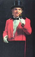 Dans l'univers du cirque, Monsieur Loyal règne en maître sur la piste. Chef d'orchestre, régisseur, comédien, assistant du clown, directeur, présentateur, metteur en scène...