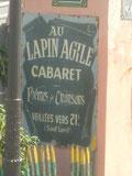 L'enseigne du cabaret Au Lapin Agile à Paris à l'angle de la rue des Saules et de la rue Saint Vincent (Montmartre)