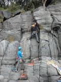 城ヶ崎のフナムシロックエリア、ボルトは一切なし。手足を割れ目に入れて登る、クラッククライミングです。