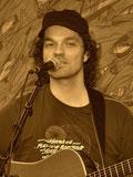 Andreas Dossenbach singt und spielt Gitarre.