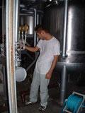 蒸留器の前で作業を行う金丸潤平氏。若い蔵人達が支え合って蔵を盛り上げている。