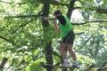 un jeune dans les arbres