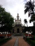 Der Marktplatz vor der Kirche in Cotacachi
