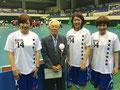 デンソー顧問であり、愛知県バスケットボール協会 会長の石丸顧問と記念撮影