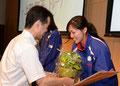 応援職場から浦島選手へ記念品贈呈