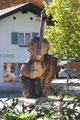 Eine überdimensionale Geige als Holzskulptur im Gries