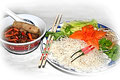 Reisnudeln mit Fleisch, Frühlingsrolle und Sauce