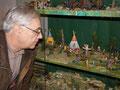 Herr Fischer beim Betrachten seiner Figuren in der Ausstellung