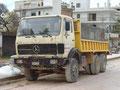Noch ein Wassersprengwagen mit improvisiertem Wassertank.