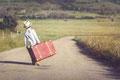 Sommer Junge mit Koffer