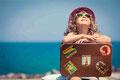 Sommer Mädchen mit Koffer
