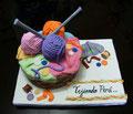 Linda torta con todo lo que usamos para tejer y hacer los videos de la página :)
