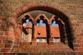 Blick durch das Mauerwerk des Rathausgartens