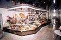 Pâtisserie avec présentation réfrigérée et vitres galbées sur mesures