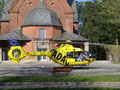 ADAC-Hubschrauber vor der Kirche