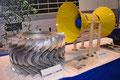 波力発電用タービン(左)と潮流発電装置(右・模型)なども展示