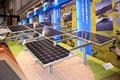 太陽光パネルの立体的で迫力ある展示(日栄インテック)