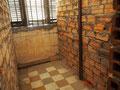 Meist Fotografierverbot in Toul Sleng - hier eine Einzelzelle im Foltergefängnis, ...