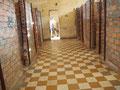 ..., die provisorisch in dem ehemaligen Gymnasium Tuol Svay Prey gemauert wurden